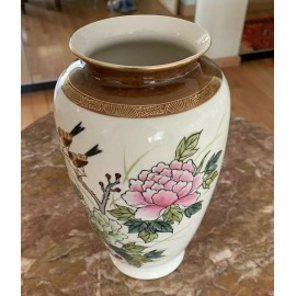 Kutani Vintage Porcelain Vase Fine Gold Tracings Birds and Flowers 8.8 Inches